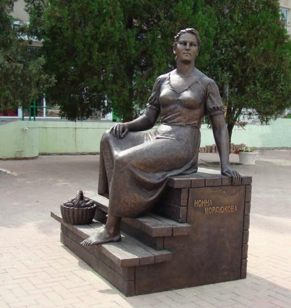 участники памятник нонне мордюковой в ейске фото что